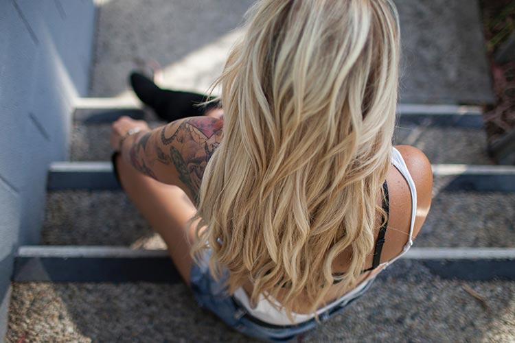 здоровые волосы у девушки с тату
